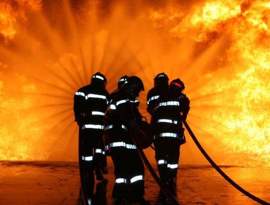ISU MEHEDINTI: Detasamentul Drobeta a intervenit pentru stingerea unui incendiu izbucnit la o garsoniera pe strada Veterani